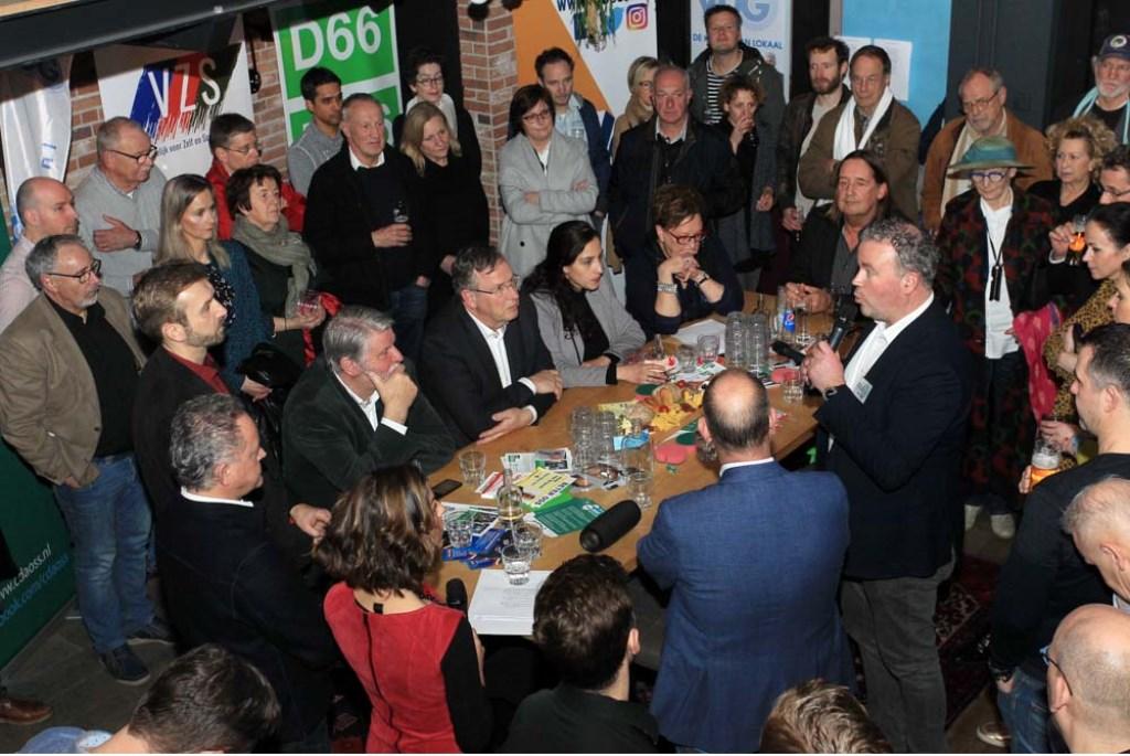 Politiek debat in De Nieuwe Wereld. (Foto: Hans van der Poel)  © Kliknieuws Oss