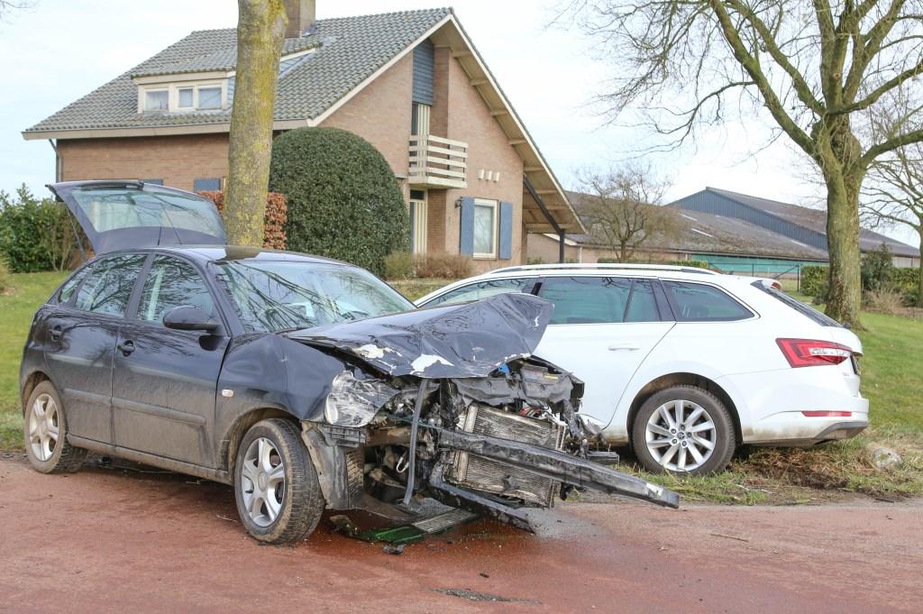 Twee gewonden bij ongeval tussen twee auto's op Geffense kruising   © Kliknieuws Oss