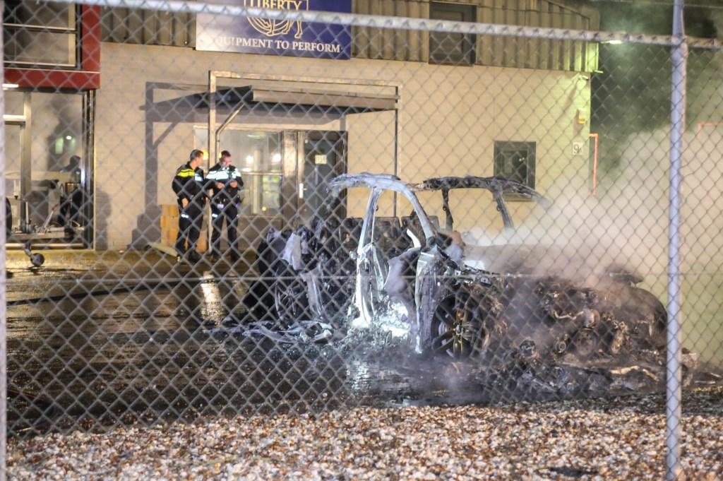 De personenauto branden volledig uit ( Foto's : Maickel Keijzers / Hendriks Multimedia )  © Kliknieuws Oss
