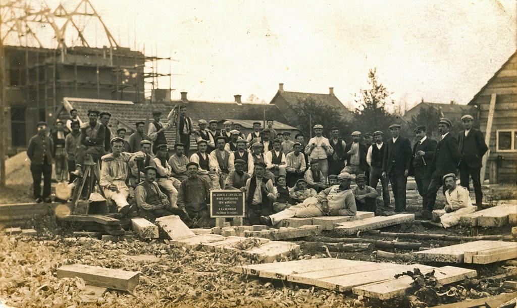 1910: De bouwvakkers bij de eerste steenlegging van het nieuwe ziekenhuis op 1 aug. 1910  © Kliknieuws Veghel