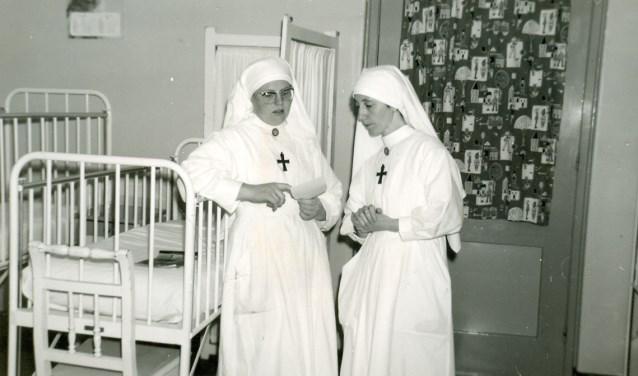 Zuster Germana staat links.