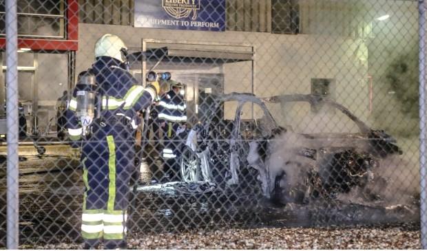 De personenauto in de Lekstraat brandde volledig uit. ( Foto: Maickel Keijzers / Hendriks Multimedia )
