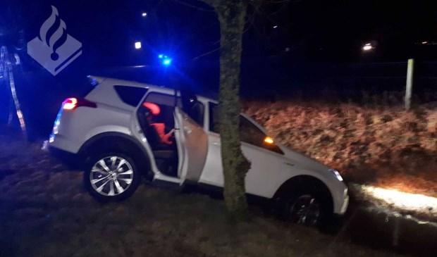 De auto op de Dorpenweg. (Foto: Facebook politie Oss)