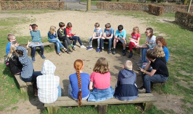 Juf Mirjam van basisschool De Regenboog in Cuijk met haar groep. (foto: Aileen van Tilburg)