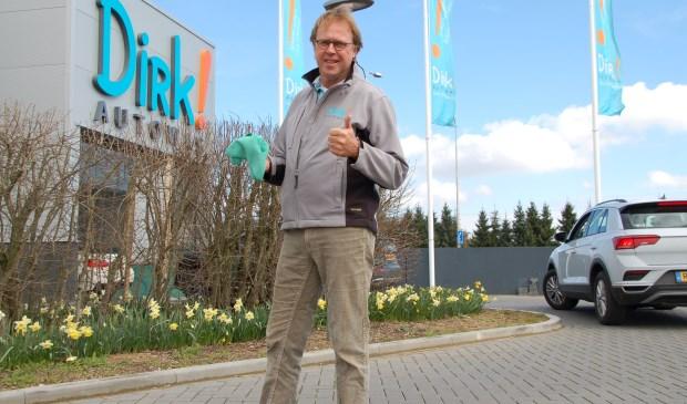 """Bert Stiemsma bij zijn klimaatvriendelijke autowasstraat. """"Schone auto's, blije mensen."""" (foto: Jos Gröniger)"""