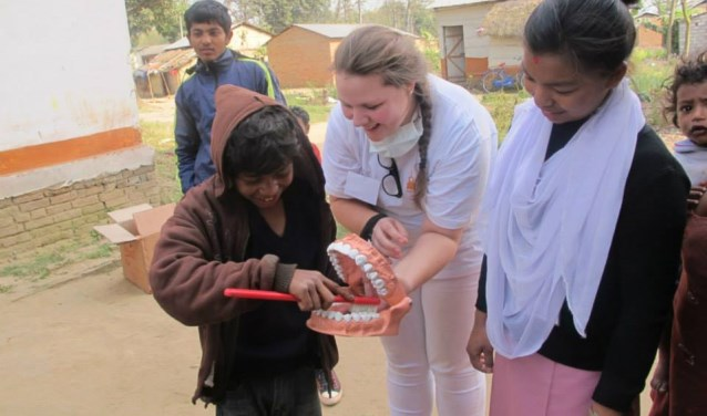Lotte legt in Nepal aan kinderen uit hoe tandenpoetsen werkt