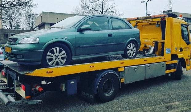 Auto van 'fiscale wanbetaler' weggesleept in Chrysantstraat. (Foto: Twitter Wijkagenten Oss-Zuid)