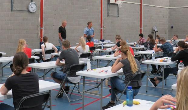 Leerlingen van het Mondriaan College krijgen de laatste instructies voor het examen