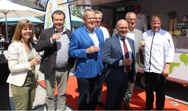Burgemeester Van Rooij en wethouders kwamen een kijkje nemen bij de EetJeBeter-foodtruck op De Markt in Veghel.