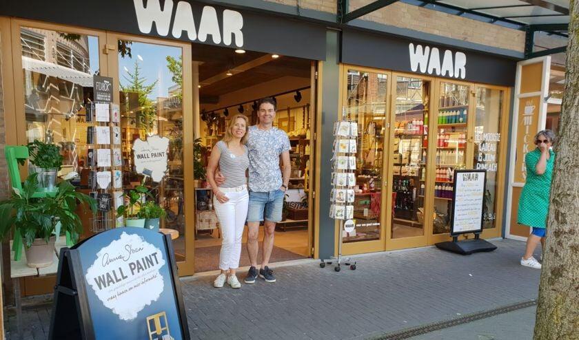 Karen en Atto voor hun winkel