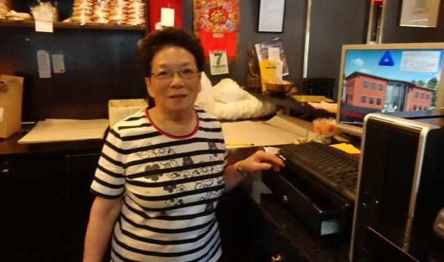Mevrouw Chang, beter bekend als Oma Sufa, bij de afhaalbalie (foto: Ankh van Burk)