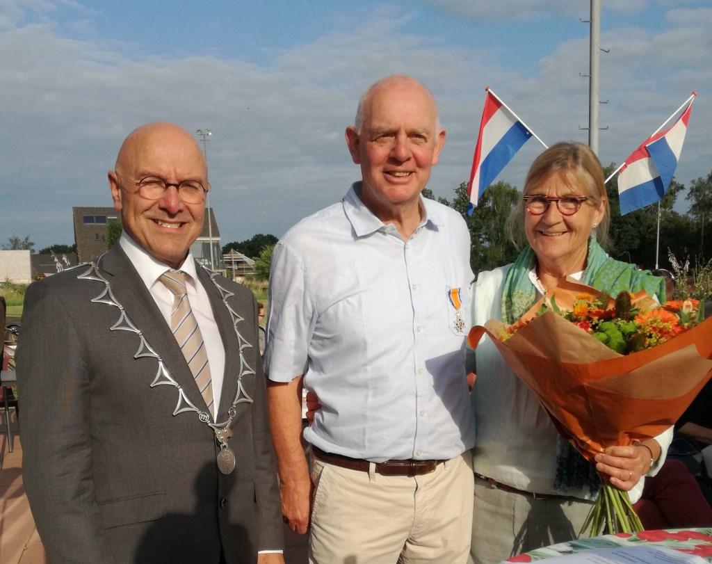 Jan van de Graaf (midden) met het lintje. Foto: Ties van Dooren © Kliknieuws Veghel