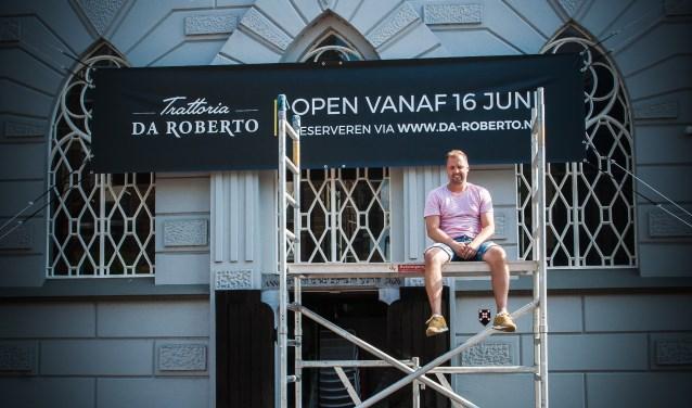Robert op de steiger voor de synagoge (Foto: Puur en Simpel)