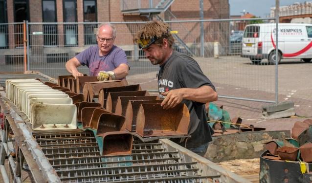 Een waterbaan van steigerplanken transporteert het water door de Hoogstraat naar het Heilig Hartplein (Foto: Bart Heesen).