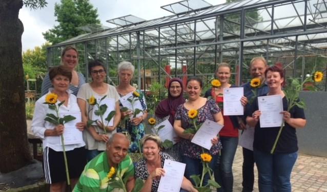 De deelnemende vrijwilligers van de training 'Vrijwillige coaches' ontvangen hun certificaat.