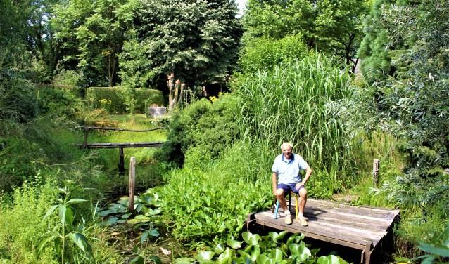 Noud Gosens in zijn natuurtuin. (foto: Aileen van Tilburg)
