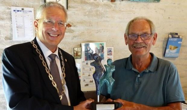 Burgemeester Peter de Koning reikt de Ganapja uit. (bron: Twitter burgemeester Peter de Koning).