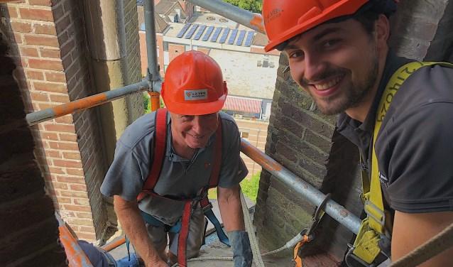 Theo en Jeffrey zijn in de toren van de Lambertuskerk aan het werk.