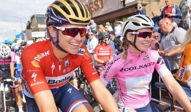 Chantal Blaak (links) en Anna van Breggen staan in 2017 in Boxmeer klaar voor de start. (foto: Daags na de Tour)