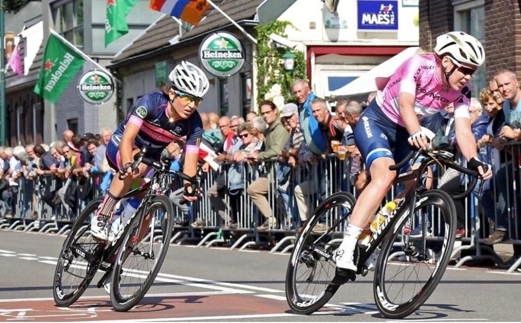Anna van Breggen (rechts) voert in 2017 in haar roze trui van de Giro Rosa het veld aan tijdens Daags na de Tour in Boxmeer. (foto: Marcel Hakvoort)  © Kliknieuws De Maas Driehoek