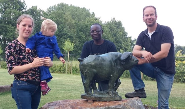 Laura met dochtertje, de Zimbabwaanse kunstenaar Forbes Suliyari en Geert.