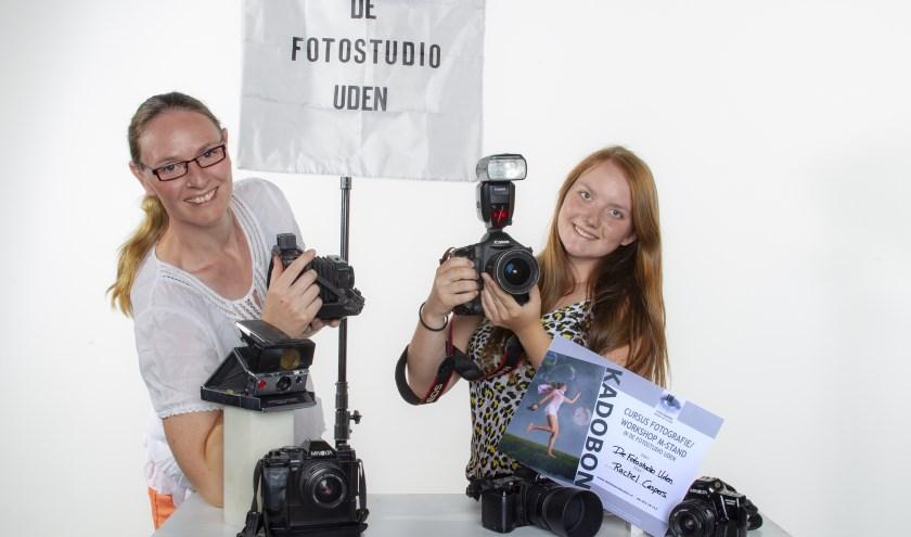 Maaike van Schaijk van De Fotostudio Uden met Rachel Caspers die een cursus fotografie wint