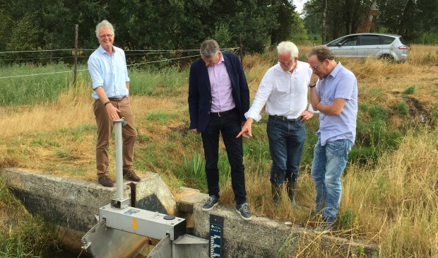 Bestuurders van waterschappen en provincie gingen het veld in om de effecten van de droogte-maatregelen te bekijken. Van links naar rechts: watergraaf Peter Glas (De Dommel), Ernest de Groot (Aa en Maas), Peter Ketelaars (Aa en Maas) en milieu-gedeputeerde Johan van den Hout.