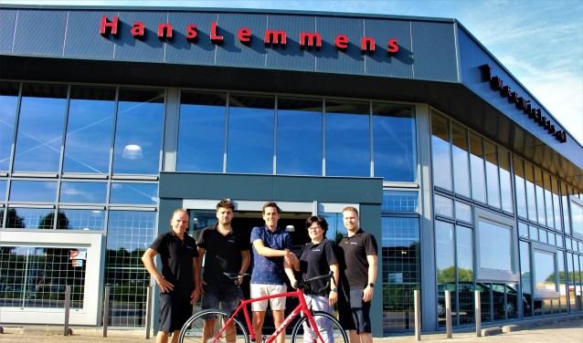 Ingo (midden) neemt de fiets in ontvangst uit handen van het team van Hans Lemmens Tweewielers.(foto en tekst: Aileen van Tilburg)