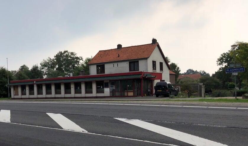 De gemeente Mook en Middelaar heeft het sterk verpauperde pand aan de Rijksweg in Plasmolen zelf aangekocht. (foto: Jos Gröniger)