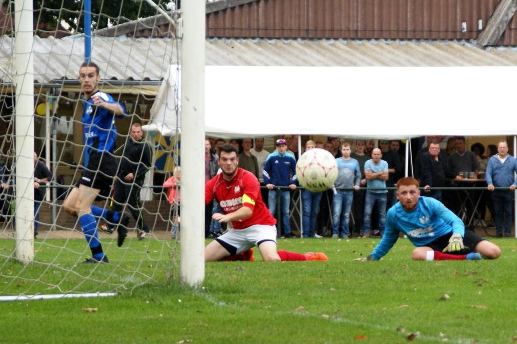 DWSH'18 won na een heus spektakelstuk haar eerste officiële thuiswedstrijd ooit met 4-3 van SVS. (foto's: Jeff Meijs/Voetbak-shoot.nl)