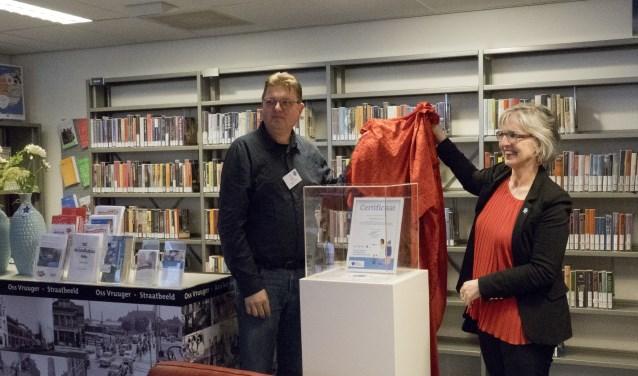 Nieuwscafé-vrijwilliger Walter van Geffen en wethouder Van de Ven openen de dementheek in Oss.