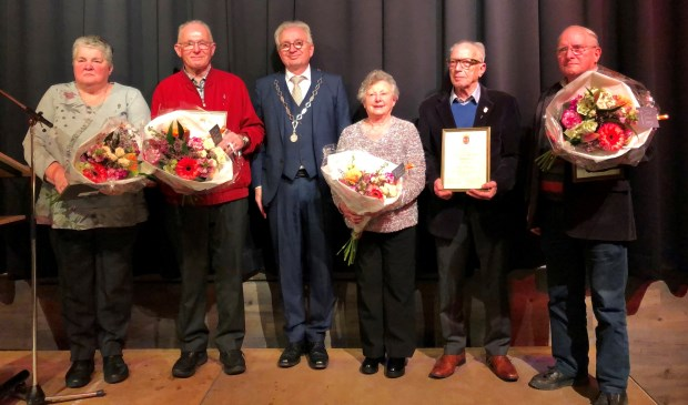Burgemeester Gradisen reikte vier Spelden van Verdienste uit tijdens de nieuwjaarsreceptie in Middelaar. (foto: Jos Gröniger)
