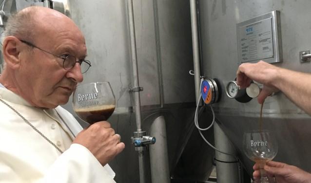 Archieffoto: Abt Denis Hendrickx keurt de Abt-generaal Quadrupel.