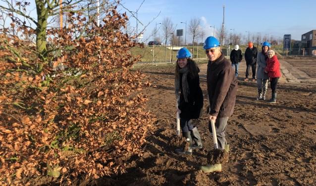 Anna Steenbakkers (links) en rechts Cor Steenbakkers (rechts) planten symbolisch een boom.