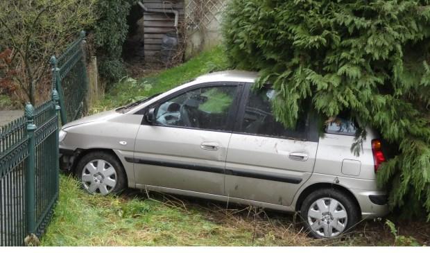 De auto reed in Lith tegen een hekwerk aan. (Foto: Thomas)