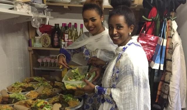 Onderschrift: Luwam en Tsega koken een Eritrese maaltijd bij 't Hof in de Houtstraat.