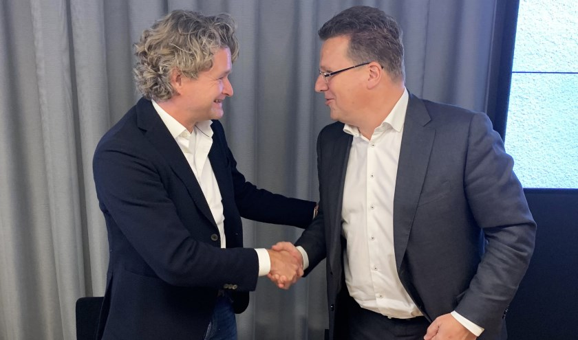 Niels Bek en Koen Slippens bezegelen de overgang.