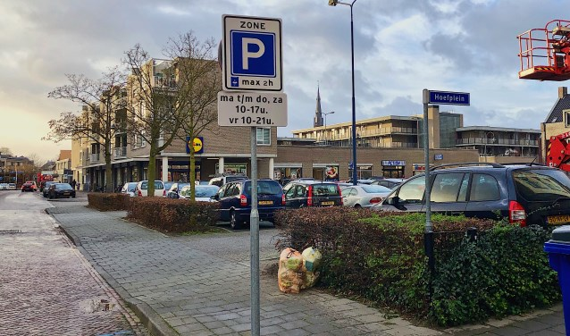 Het Hoefplein, waar het vrijwel altijd druk is, is nu gedeeltelijk blauwe zone. Aan de zijkanten is het vrij parkeren.