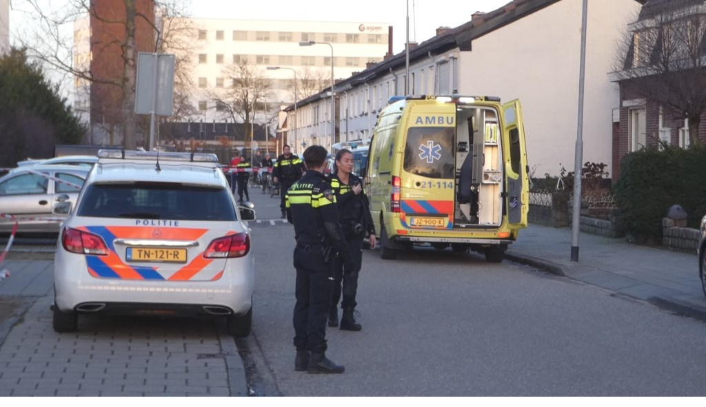 Politie in de Molenweg.  © Kliknieuws Oss