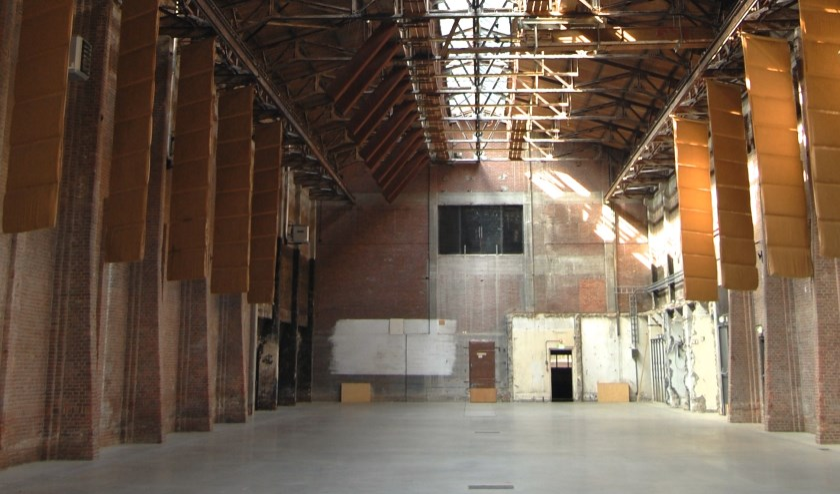 Het stuk wordt gespeeld in de 100 jaar oude Koekbouw, een ruimte met een lengte van 67 meter waar in het verleden pakken met veekoeken werden opslagen.