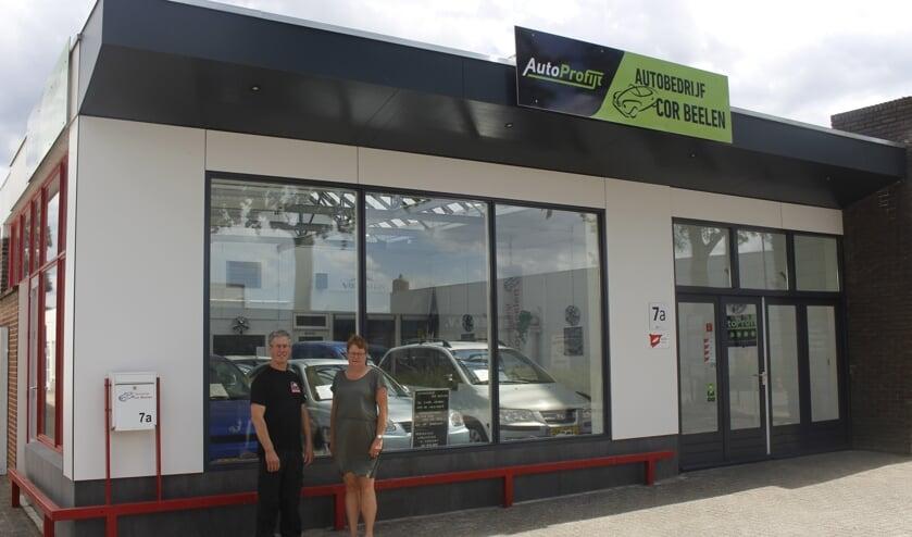 Cor en Diny Beelen voor het pand van Autobedrijf Cor Beelen, dat afgelopen zomer werd vernieuwd.