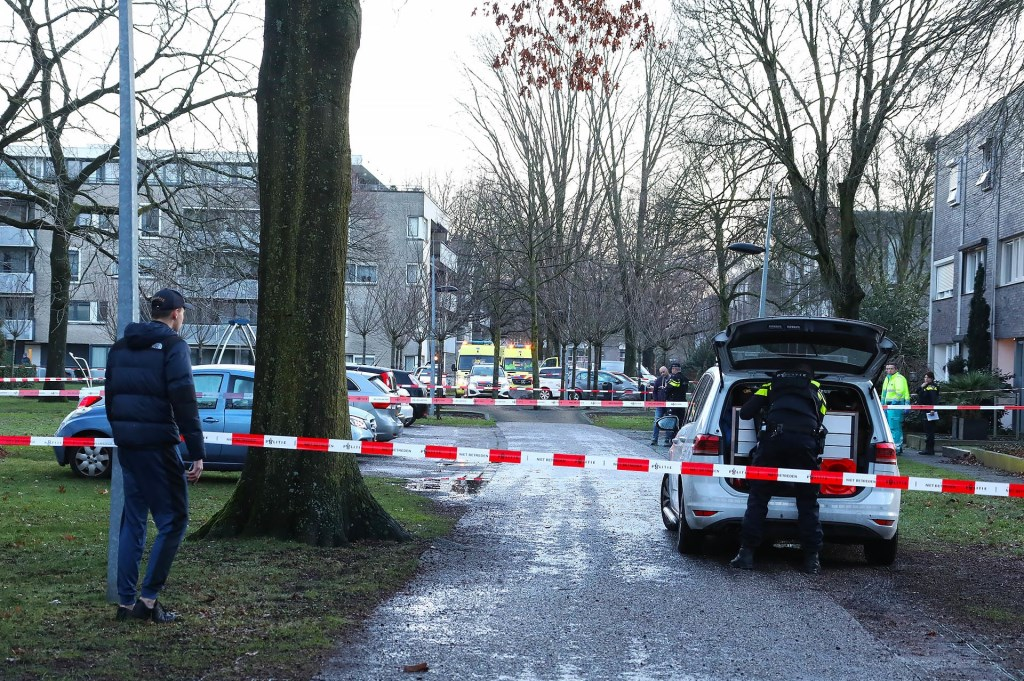 Schietpartij in Anna Bijnsstraat. (Foto: Gabor Heeres / Foto Mallo)  © Kliknieuws Oss