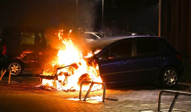 Autobrand aan Berghemseweg. (Foto: Gabor Heeres / Foto Mallo)