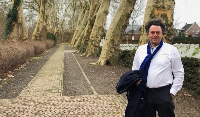 Bernard Vissers met achter hem de bijzondere platanenlaan.