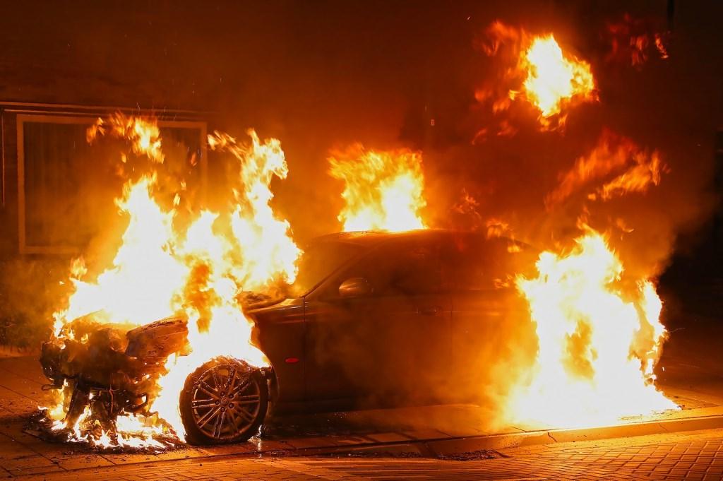 Weer een autobrand in Oss; Jaguar volledig uitgebrand. (Foto: Gabor Heeres / Foto Mallo) Foto: Gabor Heeres © Kliknieuws Oss