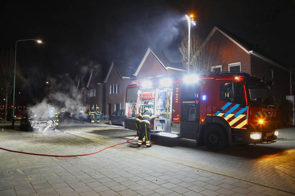 Weer een autobrand in Oss; Jaguar volledig uitgebrand. (Foto: Gabor Heeres / Foto Mallo)  © Kliknieuws Oss