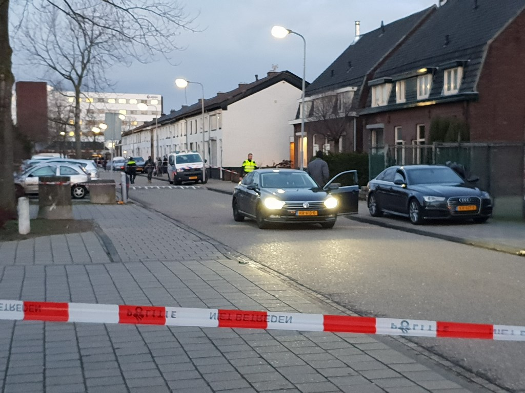 Auto's van arrestatieteam.  © Kliknieuws Oss