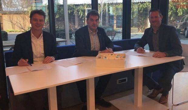 Cas de Haan (Caspar de Haan), Jan van Vucht (Area) en John van der Doelen (Hazenberg Bouw) gaan een contract met elkaar aan.