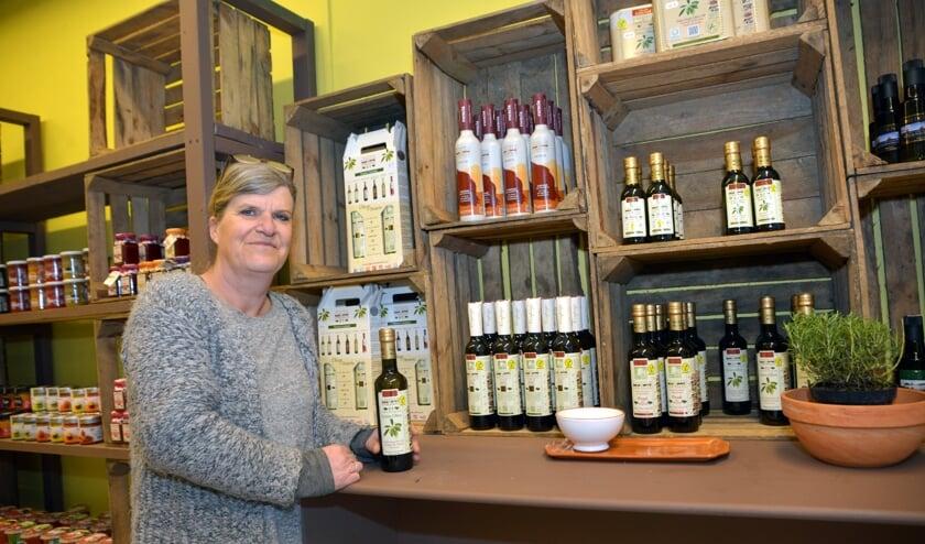 Anita bij de flessen met olijfolie (foto: Henk Lunenburg)