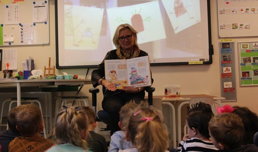 Juf Rick leest voor aan de kinderen uit haar klas (foto: Temmie van Uden)